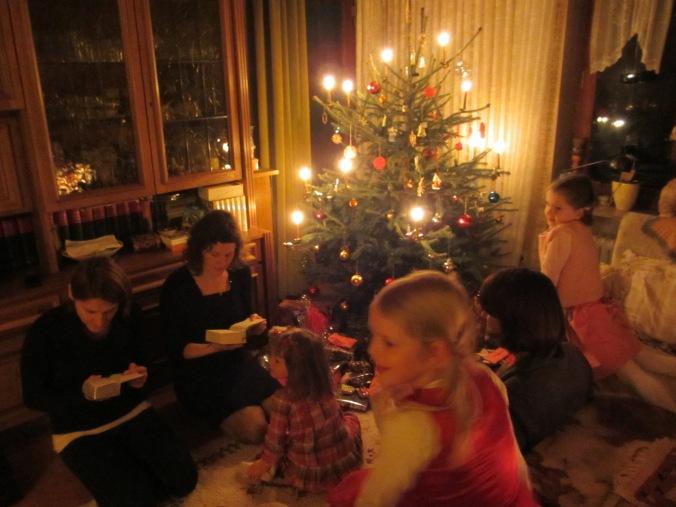 ร้องเพลงใต้ต้นคริสต์มาสพร้อมของขวัญเพียบเลย แต่ว่าเยอะไปนะ