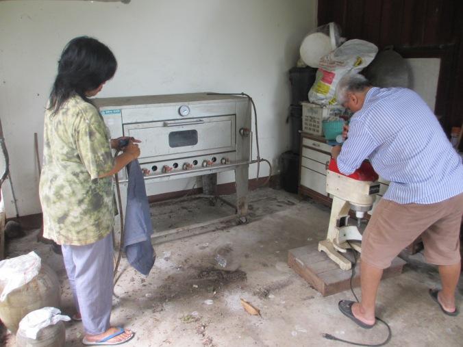ทิ้งครัวนานไปหน่อย เละเทะมาก คุณพ่อเลยต้องมาช่วยซ่อมเครื่องนวดแป้ง กับจุดเตาให้ อั๋นกับคุณอาก็ทำความสะอาดไป