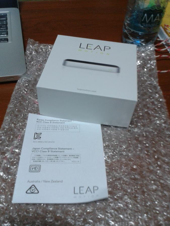 แกะพัสดุออกมาก็จะมีกล่อง Leap motion และ ใบ compliance statement มา