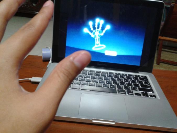 อันนี้ก็จะโชว์ว่า จับได้ห้านิ้วเลย แล้วก็ จับได้ทีละสองมือด้วย แต่อั๋นลองสามมือแล้ว มันจับไม่ได้นะ