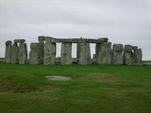 สโตนเฮนจ์เป็นการนำแท่งหินจำนวนมากมาจัดเรียงกัน พวกมันถูกจัดเรียงเป็นวงกลม เชื่อกันว่าเป็นสถานที่ศักดิ์สิทธิ์ในวัฒนธรรมหินใหญ่ (Megalithic Culture)